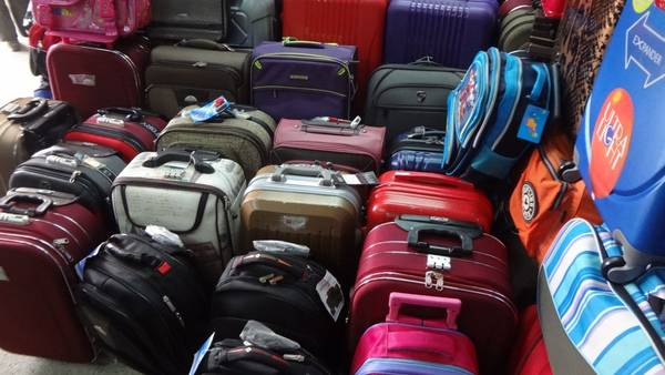 Chợ Bình Tây quận 5 và tuyến đường Lê Lai quận 1, là nơi bạn nên ghé để sắm cho mình những chiếc va li và túi xách sành điệu.