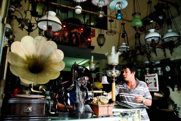 Nếu có sở thích sưu tập đồ cổ, bạn nhớ tới đường  Lê Công Kiều, ngay cạnh chợ Bến Thành.