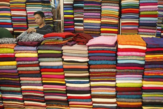 Chợ vải Soái Kinh Lâm  ở khu Chợ Lớn là nơi chuyên bán buôn các loại vải, với đủ chất liệu và màu sắc.