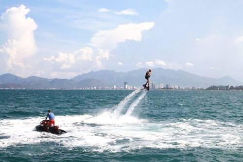 Flyboard được nối với một chiếc mô tô nước bằng ống hút nước cực mạnh. Ảnh: flyboard Nha Trang.