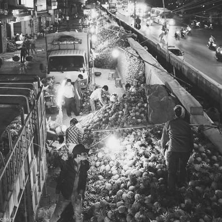 Du lịch Hà Nội - Chợ đầu mối Long Biên vẫn nhiều người mua về sáng sớm. Ảnh: Bùi Hoàng Minh.