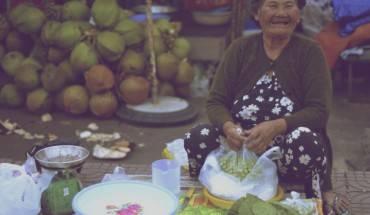 Nụ cười rạng rỡ của một người bán hàng trên đảo
