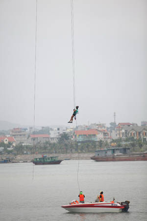 Thử thách đu dây từ độ cao 60 m ở cầu Bãi Cháy.