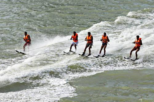 Lướt ván bằng ca nô kéo