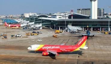 Máy bay VietJet Air trên sân đỗ Sân bay quốc tế Nội Bài.