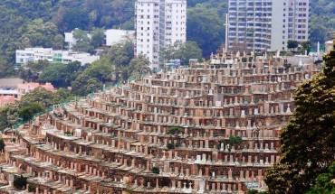 Nghĩa trang nằm trên thung lũng Pok Fu Lam ở phía Tây của đảo Hồng Kông