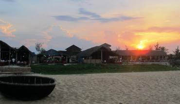 Những nhà hàng nho nhỏ nơi bãi Rạng trong ánh mặt trời hoàng hôn - Ảnh: Hương Cát