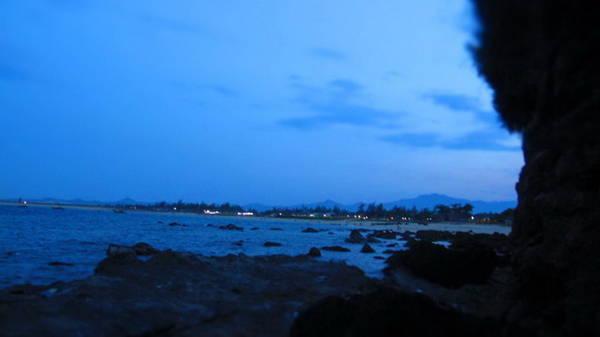 Bãi rạng khi đêm xuống - Ảnh: Hương Cát