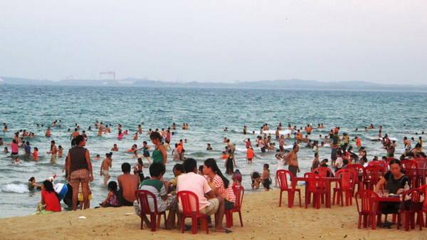 Bãi Rạng đông khách khi chiều về, trông xa xa là cảng Dung Quất (Quảng Ngãi) - Ảnh: Hương Cát