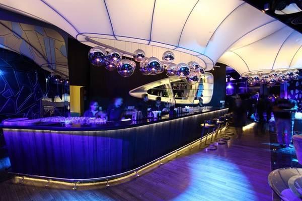 Trung tâm của những buổi tiệc âm nhạc sôi động ngay tại không gian VIP lounge được dẫn dắt bởi các DJ trẻ đầy tài năng và bản lĩnh với những dòng nhạc thịnh hành hiện nay như EDM, electro, progressive, hip-hop, R&B, techno…