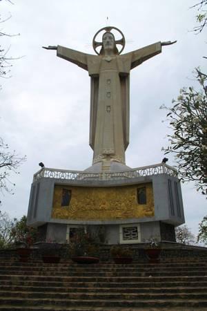 Hình ảnh toàn cảnh của bức tượng.