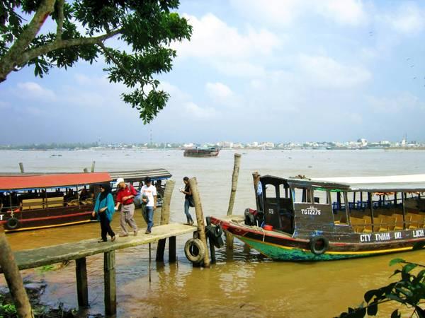 Những chiếc thuyền chở khách đến thăm Cồn Phụng