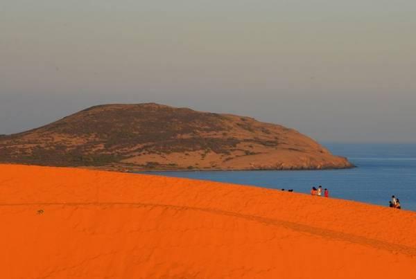 Cồn cát đỏ bên cạnh bãi biển