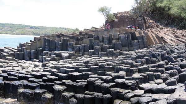Du lịch Phú Yên - Muốn thắng cảnh gành Đá Đĩa phát triển du lịch, rất cần gắn liền việc khai thác tour khám phá không gian văn hóa đá các làng và những bãi biển lân cận