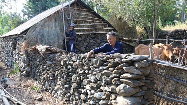 Du lịch Phú Yên - Ông Ngọc Sanh cho biết thói quen xếp đá làm công trình kiến trúc của dân làng Phú Hội và nhiều làng lân cận đã có từ rất lâu