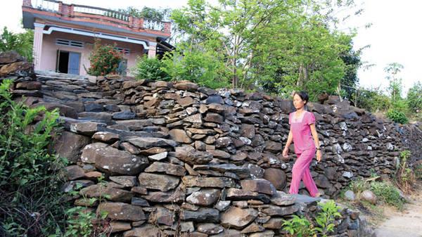 Du lịch Phú Yên - Gờ tường và đường dẫn lên nhà bà Võ Thị Lam ở làng Phú Hạnh