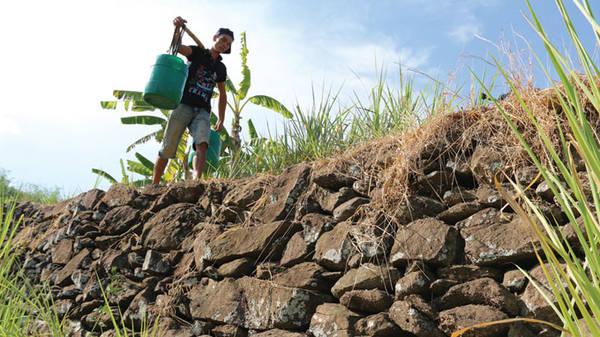 Du lịch Phú Yên - Những gờ đá và con đường đá bắt gặp nhiều nơi tại làng Phú Hạnh