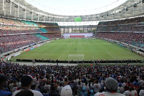 Sân vận động với hàng nghìn người tham dự