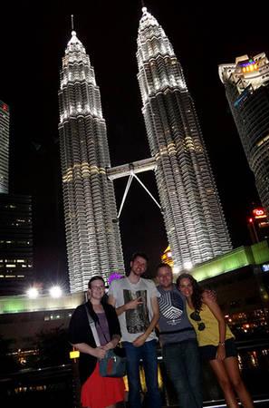 """Không một du khách nào đến đây lại """"quên"""" chụp những tấm hình kỷ niệm tại tòa Tháp đôi Petronas"""