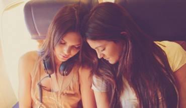 23. Khi đặt vé máy bay cho hai người, bạn nên nói ý định chọn chỗ ngồi gần lối đi hoặc gần cửa sổ cho người bán vé biết.