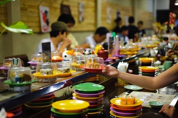 Du lich Sai Gon - Thưởng thức sushi băng chuyền