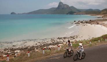 Đạp xe trên những con đường dọc biển ở Côn Đảo là một trải nghiệm vô cùng thú vị
