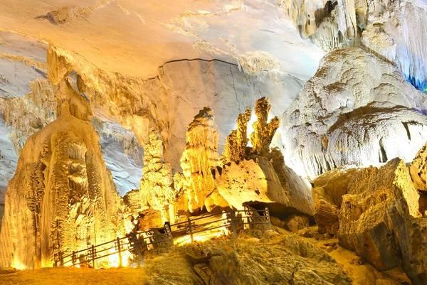 Thạch nhũ ấn tượng trong hang động