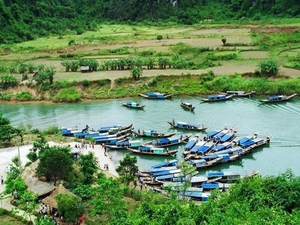 Những chiếc thuyền chở khách vào tham quan hang động