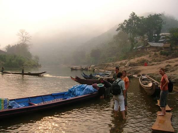 Ngồi thuyền đi dạo dọc theo con sông và nhìn ngắm khung cảnh bình yên hai bên bờ, sẽ là một trải nghiệm khiến bạn khó quên.