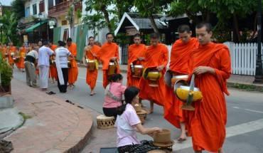 Khuất thực - một nét đẹp trong văn hóa Lào. (Ảnh: Lostearthadventures)