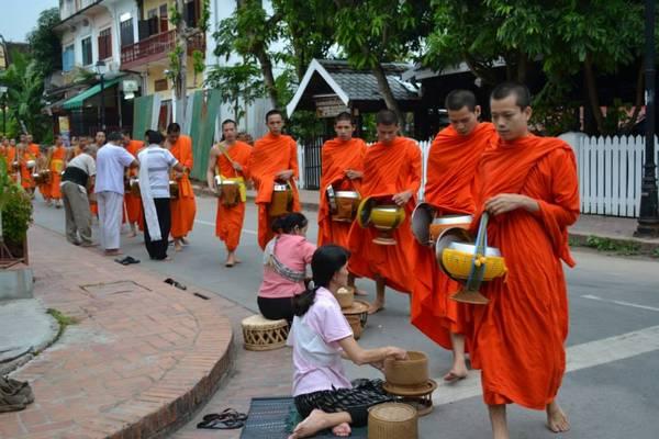 Khuất thực - một nét đẹp trong văn hóa Lào.