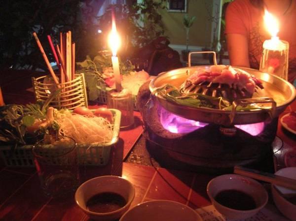 Thưởng thức món ăn trong ánh nến cũng là một trải nghiệm thú vị.