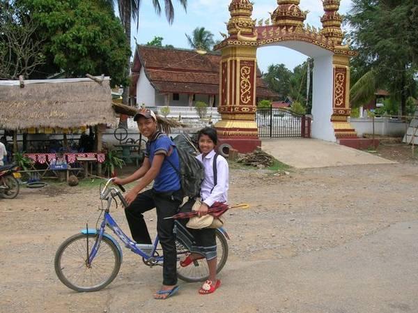 Nụ cười thân thiện là điều bạn dễ dàng bắt gặp trên khắp các nẻo đường ở Lào