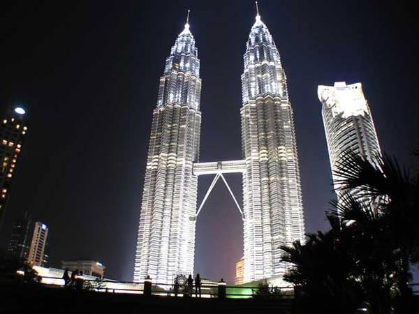 Du lich Kuala Lumpur - Tháp đôi Petronas là một trong những địa danh biểu tượng cho du lịch Malaysia.