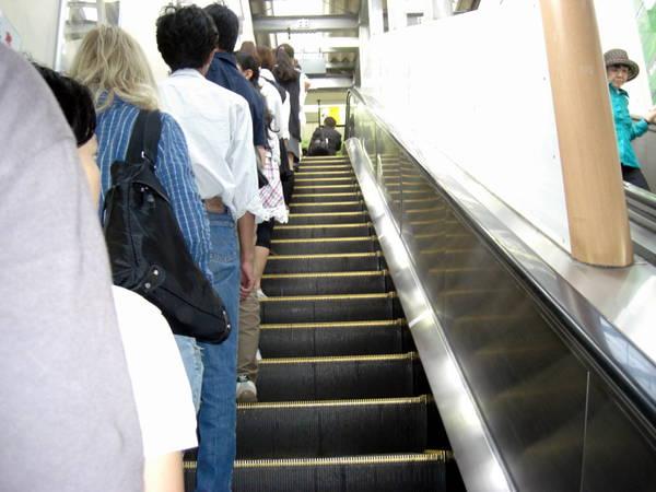 Du lich Nhat Ban - Nguyên tắc đi cầu thang cuốn