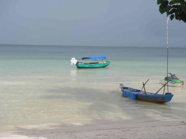 Ấn tượng với vẻ đẹp của bãi cát trắng mịn và làn nước trong xanh của bãi Sao.