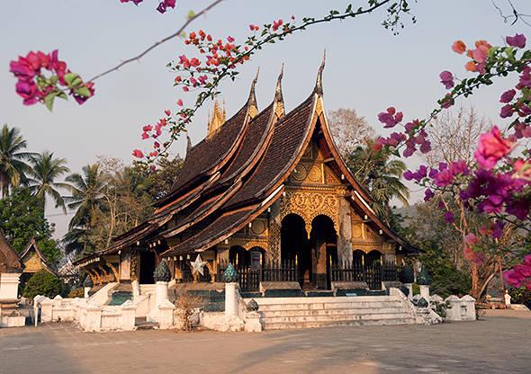 Du lich Lao - Wat Xieng Thoonglà một trong những ngôi chùa cổ nhất vàquan trọng nhất của thành phố Luang Prabang.