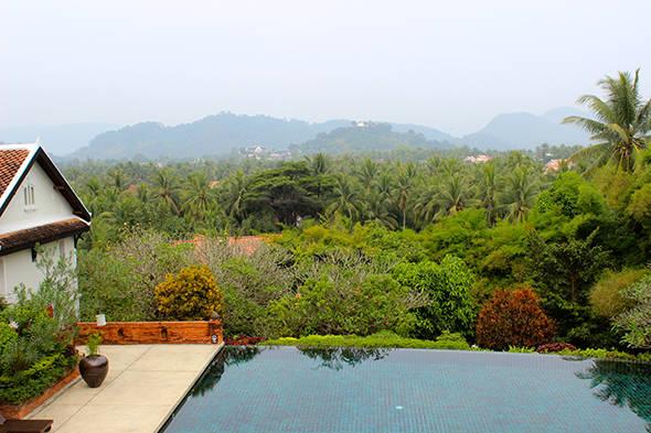 Hồ bơi xinh đẹp tại La Résidence Phou Vao, cho phep bạn vừa bơi lội vừa ngắm cảnh.