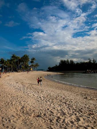 Vui đùa bên bãi biển  ở đảo Sentosa