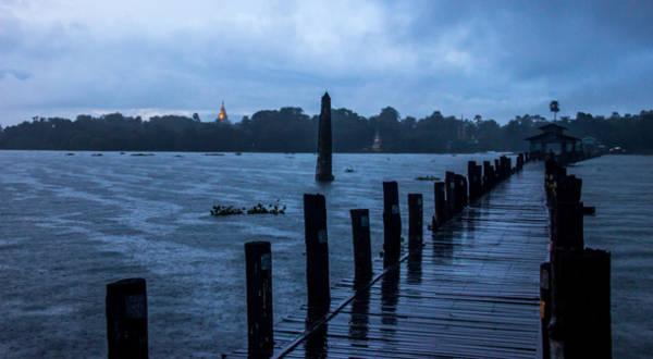 Cầu U Bein vắng vẻ trong buổi chiều mưa...