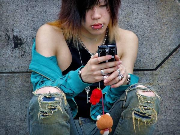 Du lich Tokyo - Anh chàng này trông khá bụi bặm, nhưng sử dụng chiếc điện thoại được treo với những chú gấu bông rất dễ thương.