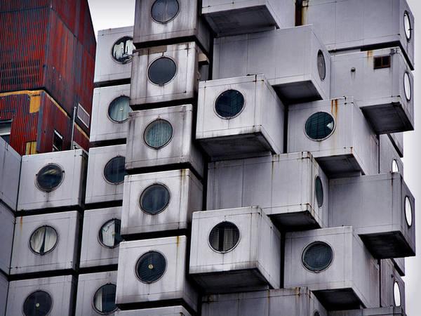 Du lich Tokyo - Tháp Nakagin Capsule có kiến trúc chẳng khác gì những chiếc máy giặt được xếp chồng lên nhau.