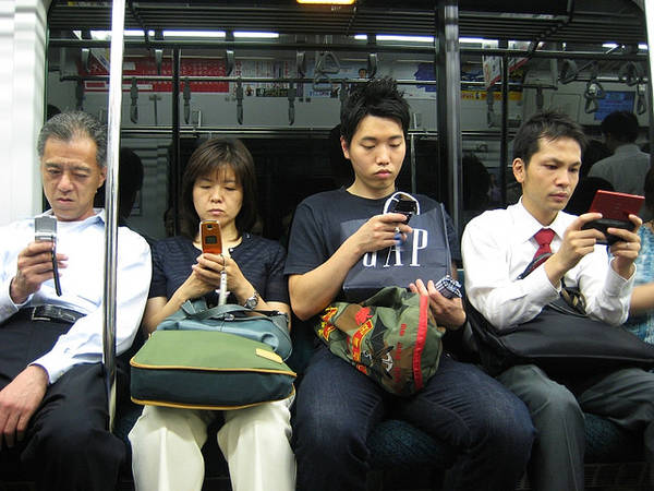 Mọi người dường như ai cũng bận rộn với những chiếc điện thoại trên tay.