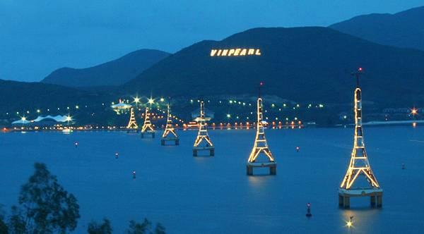Du lich Nha Trang - Ngắm cảnh đẹp mê hồn của biển vào ban đêm.