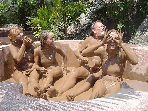 Du lich Nha Trang - Liệu pháp tắm bùn không chỉ thu hút khách địa phương mà còn hấp dẫn rất nhiều khách nước ngoài.