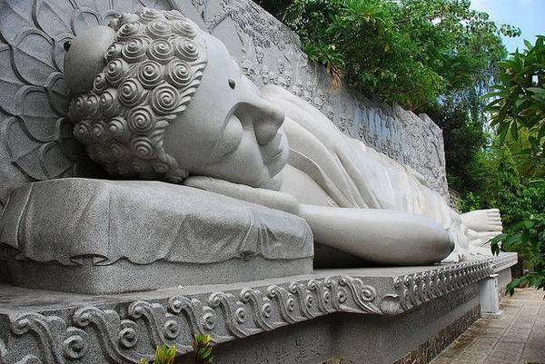 Du lich Nha Trang - Bức tượng Phật Trắng ở chùa Long Sơn Tự.