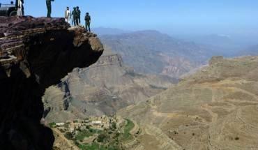 Tảng đá nhô ra nhìn xuống thung lũng bao la tại Yemen.