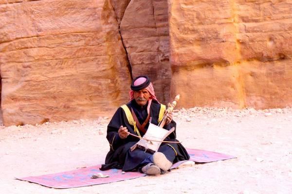 Du lich Jordan - Một người chơi đàn ngay lối vào kho báu