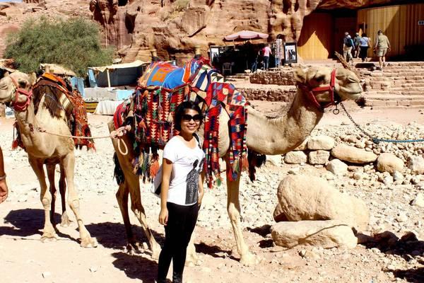 Du lich Jordan - Du khách thích thú chụp hình với lạc đà