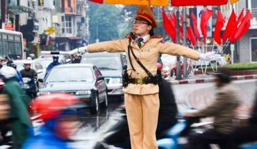 Trung úy Hoàng Thị Cẩm Vân xuống đường hướng dẫn giao thông Hà Nội - Ảnh: N.K.